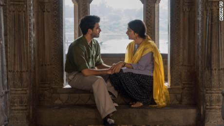 "Danesh Razvi as Kabir Durrani (izquierda) and Tanya Maniktala as Lata Mehra (derecho) star in ""A Suitable Boy.&cotización;"