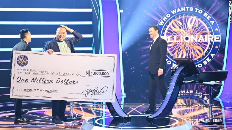 Celebrity Chef David Chang won $  1 百万. He's giving it all to restaurants workers