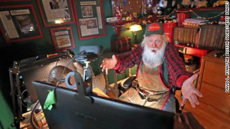 سانتا امسال برای بازدیدهای مجازی از کودکان به زوم روی آورده است.