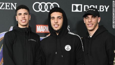 พี่น้อง LaMelo Ball, LiAngelo Ball และ Lonzo Ball (จากซ้ายไปขวา) ตอนนี้ทุกคนมีสัญญากับทีม NBA