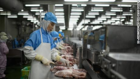 In this photo, taken on August 28, 2018, cuts of meat are processed at a Spam factory in Jincheon, Suid-Korea.