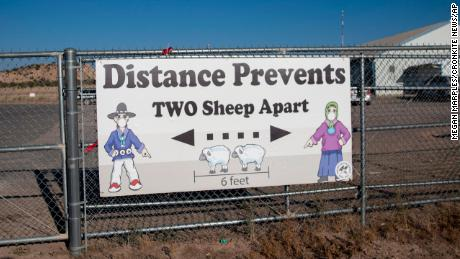 A sign encouraged social distancing outside the Blue Gap Mini Store in Blue Gap, 阿里兹, 在9月. 24, 2020. As COVID-19 swept through the Navajo Nation, signs telling people to socially distance began appearing around the reservation.