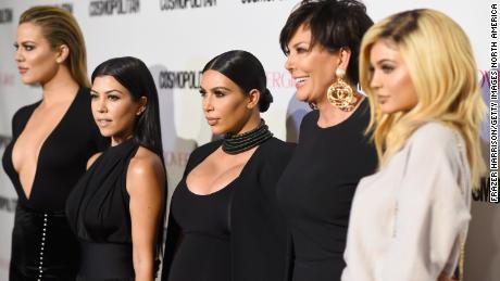 (왼쪽에서) Members of the Karashian/Jenner clan Khloé Kardashian, 코트니 카다시안, Kim Kardashian West, Kris Jenner and Kylie Jenner pose for the cameras.