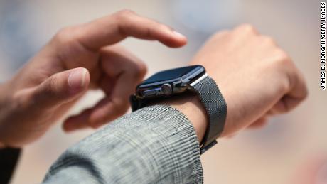 مشتریان در 18 سپتامبر 2020 در سیدنی استرالیا از فروشگاه سیب خیابان جورج خرید می کنند.  مشتریان فروشگاه های اپل در استرالیا از اولین مشتریانی هستند که جدیدترین محصولات اپل را مشاهده می کنند.  سری جدید اپل واچ سری 6 شامل یک حسگر و یک برنامه کاربردی برای اکسیژن در خون است ، در حالی که یک آیپد جدید (نسل 8) نیز منتشر شده است.