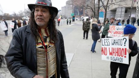 Philip Yenyo, executive director of the American Indian movement in Ohio, participates in a protest of Chief Wahoo before a home opener baseball game between the Kansas City Royals and the Cleveland Indians, 星期五, 四月 6, 2018, in Cleveland.