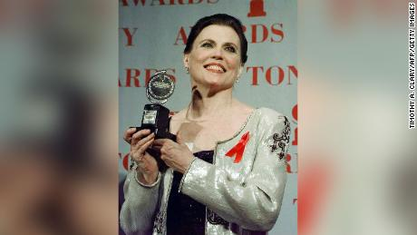 "Ann Reinking poses with her Tony Award for Best Choreography for the show ""Chicago&kwotasie; gedurende die 1997 Tony Awards at Radio City Music Hall."