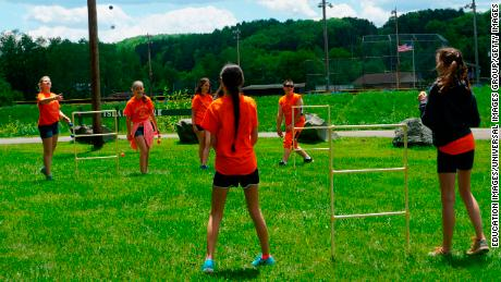 Seventh graders play ladder golf in Wellsville, 纽约.