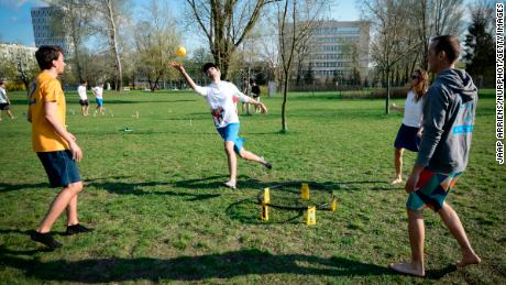 People play spikeball in Mokotów Field in Warsaw, 波兰, 在四月 14, 2018.