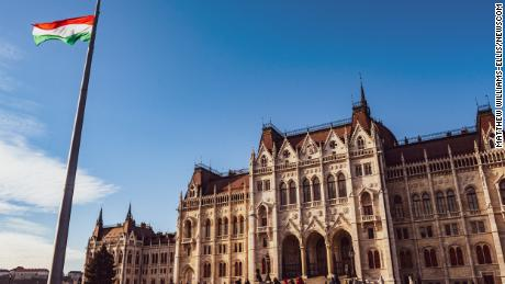 Hungría aprueba una ley anti-LGBTQ que prohíbe efectivamente a las parejas del mismo sexo adoptar