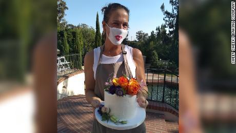 सैन डिएगो में स्वीट चीक्स बेकिंग कंपनी के मालिक एलेन अर्दिज़ोन ने एक छोटी शादी का केक वितरित किया।