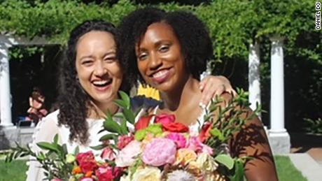 Dr. Jasmyne Jackson (derecho) married Adrianna Spindle-Jackson (izquierda) this June in a smaller ceremony after having to cancel a May wedding.