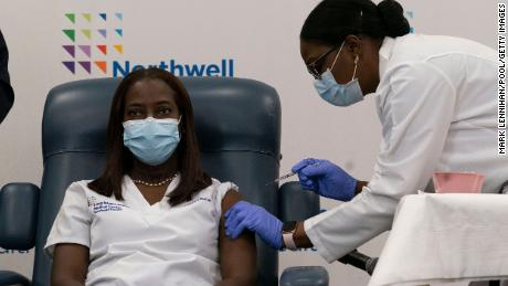 Nearly one third of Black Americans remain hesitant to get Covid-19 vaccine, hallazgos del estudio