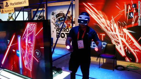 An  attendee plays the PlayStation virtual reality Beat Saber game at the Consumer Electronics Show International, 1月 7, 2019, in Las Vegas.