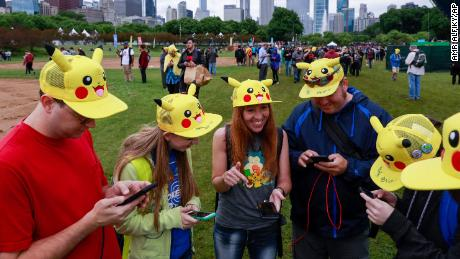 Tina Kellock (center) of Phoenix,  participates with family and friends at the Pokémon Go Fest 2019 in Chicago's Grant Park, 六月 13, 2019.