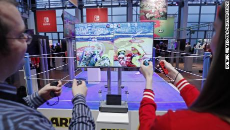 Visitors play Arms on the Nintendo Switch console during its German premiere in Offenbach, Germany, 1月 13, 2017.