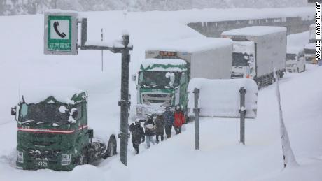 Hundreds of vehicles stranded due to heavy snow on the Kanetsu Expressway on December 17.