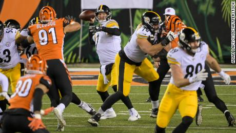 Ben Roethlisberger passes the ball during the game against the Cincinnati Bengals.