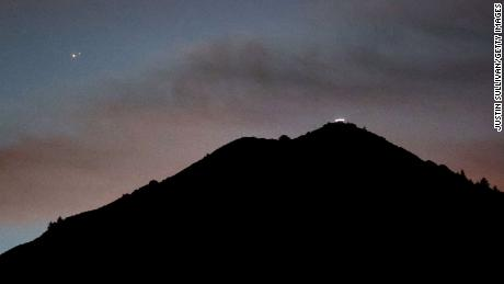 Jupiter, links, and Saturn appear about one-tenth of a degree apart above Mount Tamalpais on Monday in Larkspur, Kalifornië.