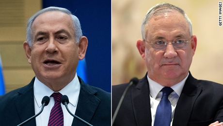 Prime Minister Benjamin Netanyahu, 左, and his coalition partner, Blue and White leader Benny Gantz, sought to blame one another for the collapse of their seven-month-old government.