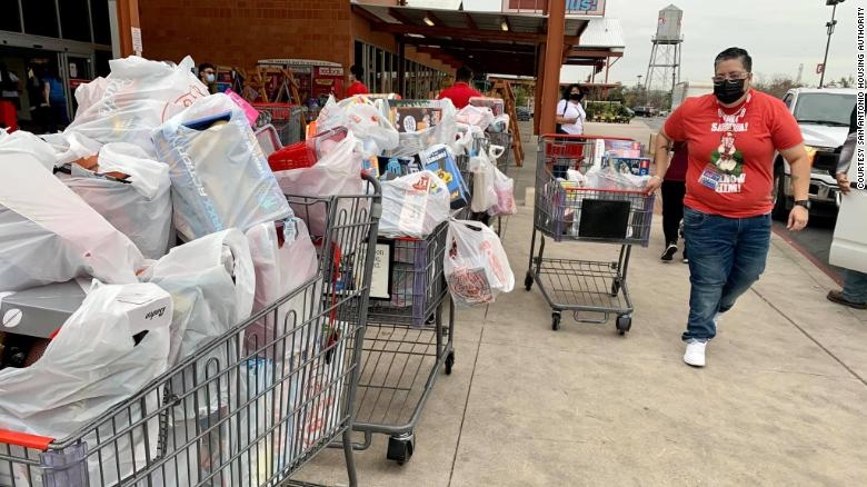 Alrededor 200 toys were stolen from a Texas public housing complex. Más que 2,000 gifts were donated to replace them