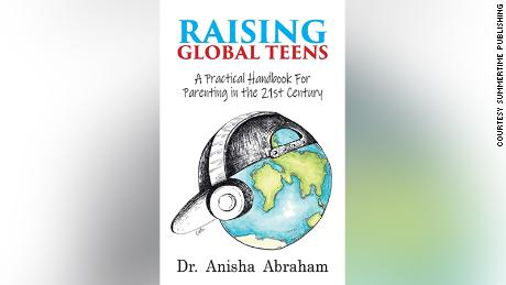 "Dr. Alisha Abraham, skrywer van ""Raising Global Teens: A Practical Handbook for Parenting in the 21st Century,"" said conversations with your teen create connections that are ""so protective against mental health issues.&kwotasie;"