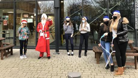 "Rajinder Singh delivers Christmas presents as the ""Skipping Sikh Santa.&인용;"