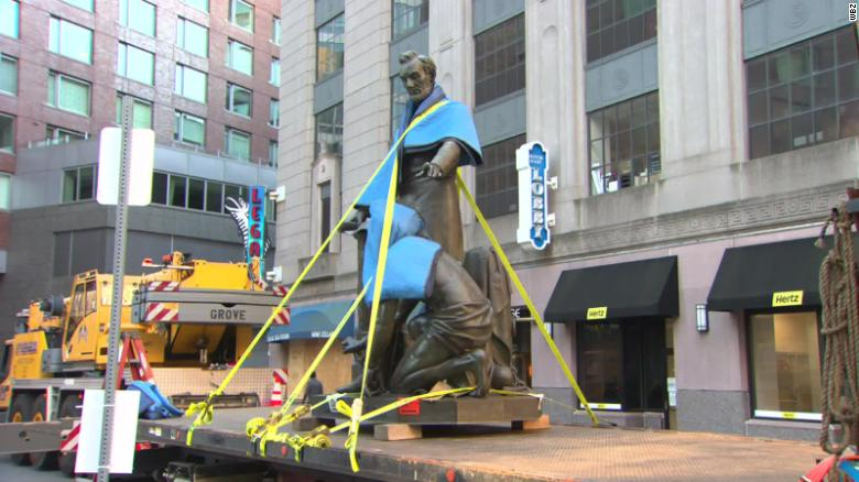 Boston removes statue of former slave kneeling before President Lincoln after 141 años