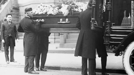 Pallbearers life the coffin of Leo M. Frank, who was lynched in Georgia in August of 1915.