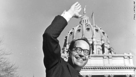 In this December 13, 1978, 档案照片, Pennsylvania Governor-elect Dick Thornburgh waves at photographers from the front steps of the Sate Capitol in Harrisburg, 宾夕法尼亚州.