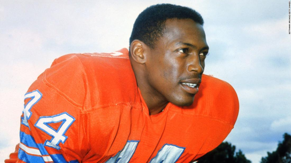 "Hall of Fame football player <a href =""https://www.cnn.com/2021/01/02/sport/floyd-little-death-hall-of-fame-nfl-trnd/index.html"" target =""_blank&ampquott;>Floyd Little</un> died January 1 all'età di 78. Poco affrettato per più di 6,000 yard e ha segnato 43 touchdowns for the Denver Broncos."