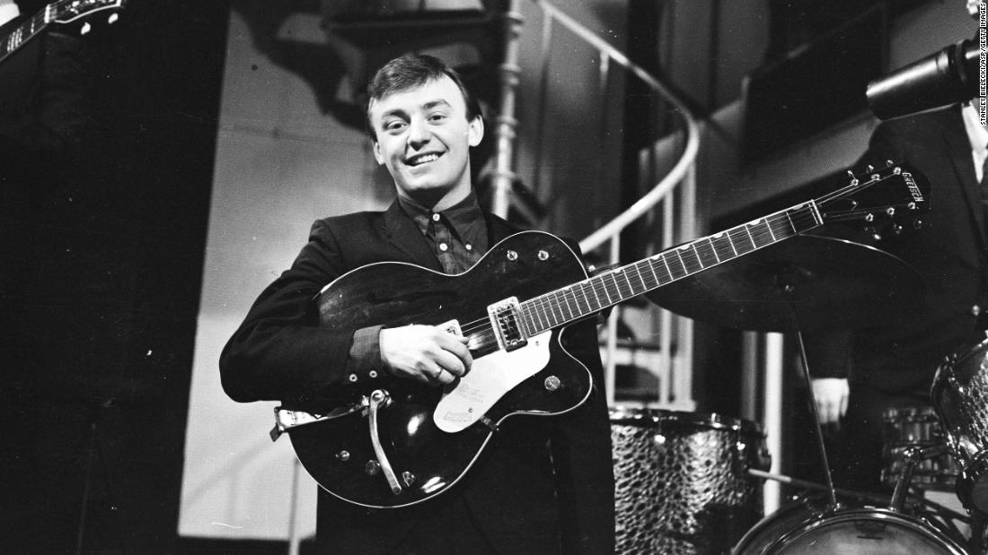 "<a href =""https://www.cnn.com/2021/01/03/entertainment/gerry-marsden-pacemakers-obituary-trnd/index.html"" target =""_blank"">Gerry Marsden,</un> cantante del gruppo rock britannico degli anni '60 Gerry and the Pacemakers, died of a heart infection at the age of 78, his friend and radio broadcaster Pete Price announced on January 3. Marsden was known for his cover of the song ""voi'll Never Walk Alone"" dal musical ""Carousel.quot;quot; It became the anthem for his hometown football team, Liverpool FC."
