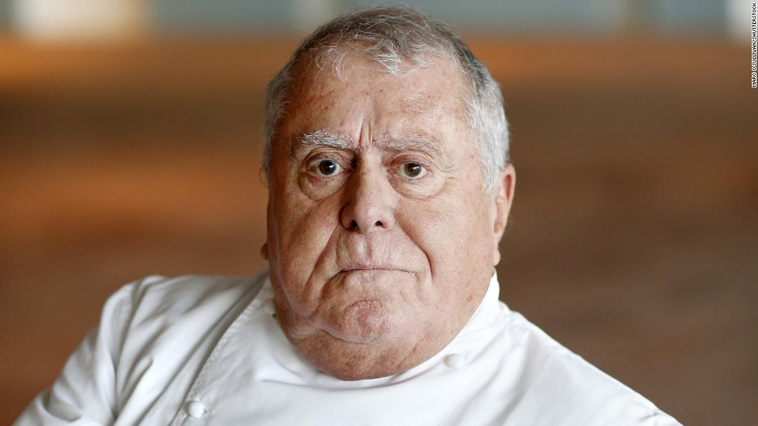 "Chef and restaurateur <a href =""https://www.cnn.com/travel/article/albert-roux-death-intl-scli-gbr/index.html"" target =""_blank&ampquott;>Albert Roux</un> died January 4 all'età di 85. Roux founded Britain's first Michelin-starred restaurant, Le Gavroche, and revolutionized London's restaurant scene."
