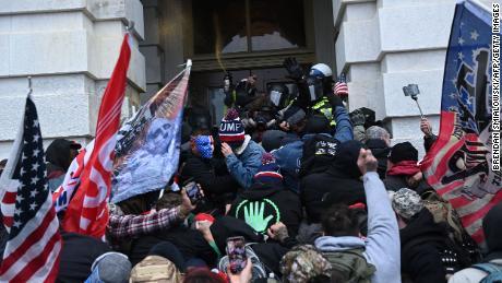 संघीय कानून प्रवर्तन एजेंसियां बुधवार की कैपिटल दंगा के बाद गिरफ्तारी और आरोपों के लिए धक्का देती हैं