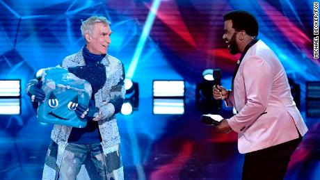 "Bill Nye The Science Guy and host Craig Robinson in the ""Group B Premiere - New Year, New Mask! (Who Dis?)"" episode of ""가면을 쓴 댄서.&a인용uot;"