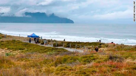 People walk near a beach following a suspected shark attack at Bowentown near Waihī in New Zealand, Januarie 8, 2021.