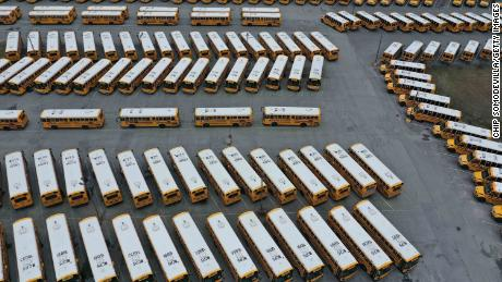 Oor 200 school buses are parked at a bus depot in Clarksburg, Maryland, op Maart 16, 2020, idled by the statewide closing of schools in response to the  coronavirus outbreak.