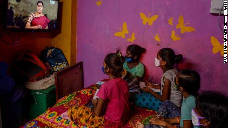 Children attend a tele-learning class at their home via the Kalvi TV channel, an initiative set up to help students while schools are closed by the pandemic in Chennai, Indië, on July 15, 2020.