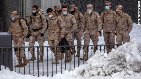 Members of the military walk through snow in downtown Madrid, 西班牙, 星期日, 一月 10.