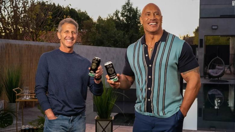 Dwayne 'The Rock' Johnson stel 'n energiedrankie bekend