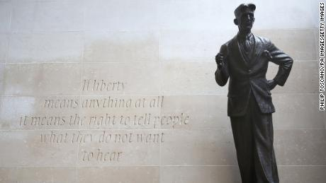 A bronze statue of George Orwell outside Broadcasting House, 伦敦.