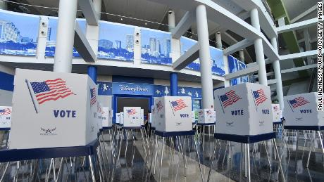 Voting booths are installed at the Amway Center in Orlando, 佛罗里达.