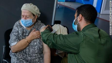 ایک صحت کی دیکھ بھال کرنے والا کارکن 6 جنوری کو یروشلم میں ایک ویکسین لگا رہا ہے۔