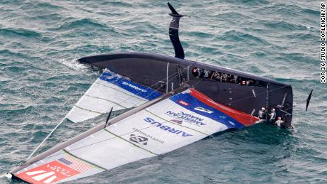 American Magic capsizes during its race against Italy's Luna Rossa on the third day of racing of the America's Cup challenger series on Auckland's Waitemate Harbour, 新西兰.