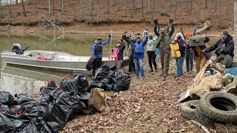 Volunteers remove more than 9,000 lbs of trash from Tennessee River