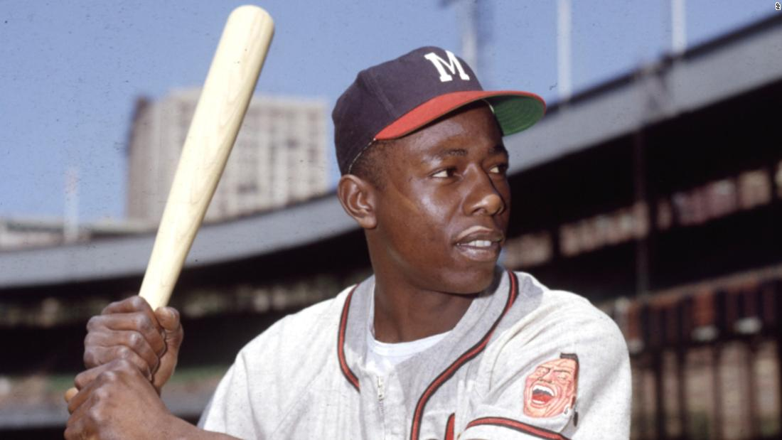 "<a href =""https://www.cnn.com/2021/01/22/us/hank-aaron-dies-trnd/index.html"" target =""_blank&ampquott;>Hank Aaron,</un> the Baseball Hall of Famer who broke Babe Ruth's all-time home run record and lived a life as an ambassador to the game, died January 22 all'età di 86."