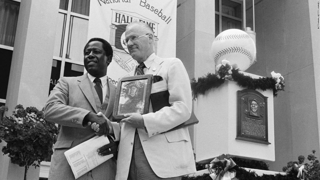 Aaron poses with Major League Baseball Commissioner Bowie Kuhn as he is inducted into the Hall of Fame in 1982.