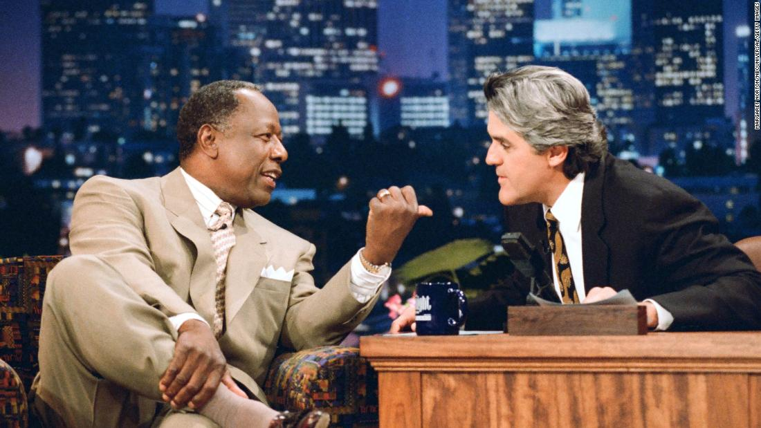 "Aaron is interviewed by Jay Leno on a ""Tonight Show&报价; episode in 1995."