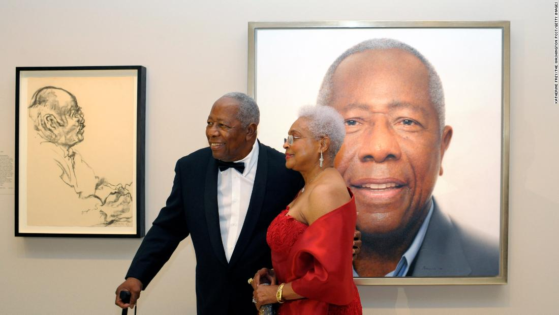 Aaron and his wife, Billye, pose in front of his portrait at the National Portrait Gallery in Washington, DC, 에 2015.