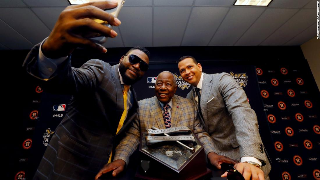Aaron poses with former players David Ortiz, 剩下, and Alex Rodriguez in 2019.