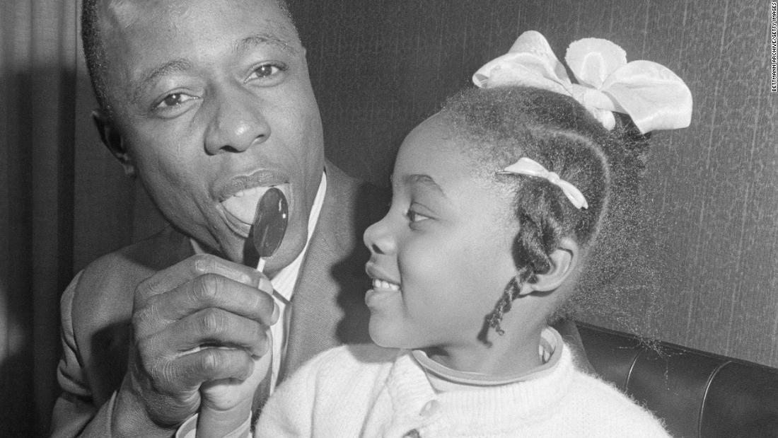 Aaron tries a lollipop with his niece, Wonya Lucas, 在 1967. He had just signed a new two-year contract worth $  100,000 一年.